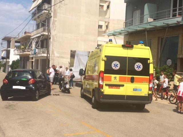 Σύγκρουση δικύκλου με Ι.Χ. στην οδό Δελμούζου στο Αγρίνιο