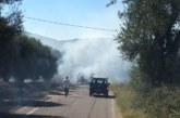 Φωτιά στο δρόμο Κλεισορευμάτων- Λυσιμαχίας,  ξέσπασε από καλαμπόκια που μετέφερε τρακτέρ  (φωτό)