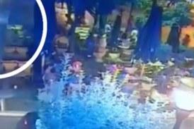 Η στιγμή που φωτοβολίδα χτυπά τη 19χρονη στο Αγρίνιο (video)