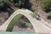 Με κατάρρευση κινδυνεύει το «γεφύρι του Μανώλη»