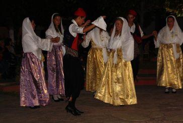 Εκδήλωση με παραδοσιακούς ρυθμούς στην πλατεία των Καλυβίων (φωτο)