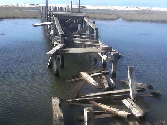 Οργή για τους νέους βανδαλισμούς στη ξύλινη πεζογέφυρα στην Περατιά (φωτο)
