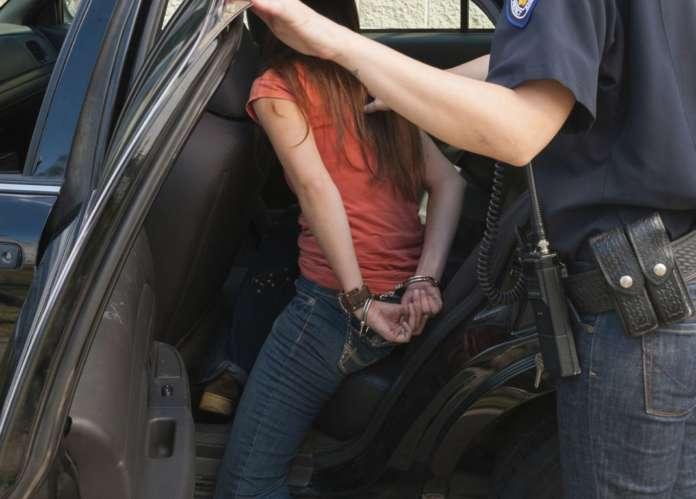 Στη Ναύπακτο συνέλαβαν 13χρονη γιατί πουλούσε στυλό
