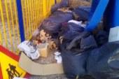 Σκουπίδια και κομμένα χόρτα επί μία βδομάδα έξω από το σχολείο στα Καλύβια