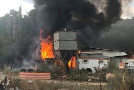 Φωτιά σε ξυλουργείο στη Νεάπολη