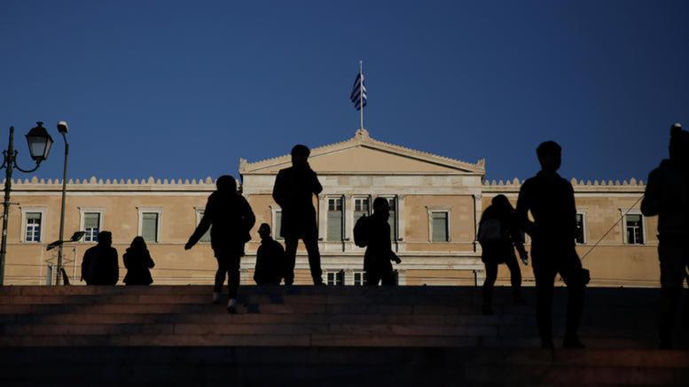 Οι Έλληνες του 2018: Εξαρτημένοι από το κινητό και εθνικά υπερήφανοι