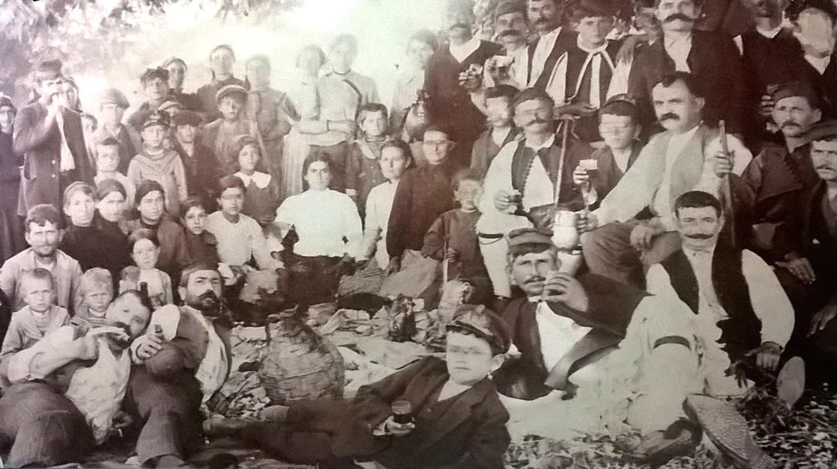 Αγρινιώτες τρώνε και πίνουν στον Μαύρικα 120 χρόνια περίπου πριν