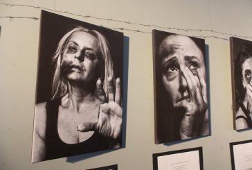 Αγρινιώτισσες σε φωτογράφηση μήνυμα κατά της κακοποίησης γυναικών