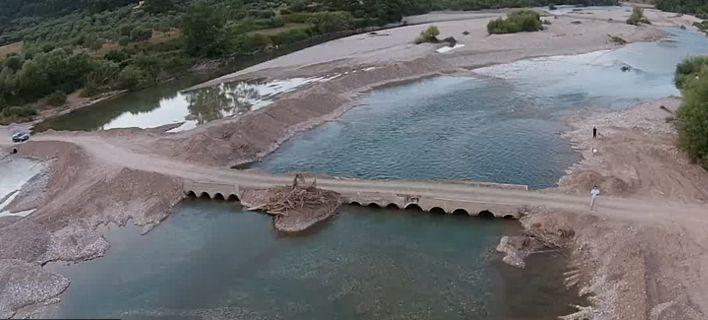 Η «Πηνελόπη» γκρέμισε γέφυρα που ένωνε το Τρίκορφο Ναυπακτίας με το Παραδείσι Αγρινίου (video)