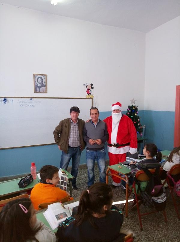 Ο… Άγιος Βασίλης πέρασε από το Δημοτικό Σχολείο Θέρμου