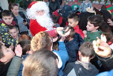 Ελαιόφυτο: Ο Άγιος Βασίλης μοίρασε και φέτος δώρα στα παιδιά (φωτο)