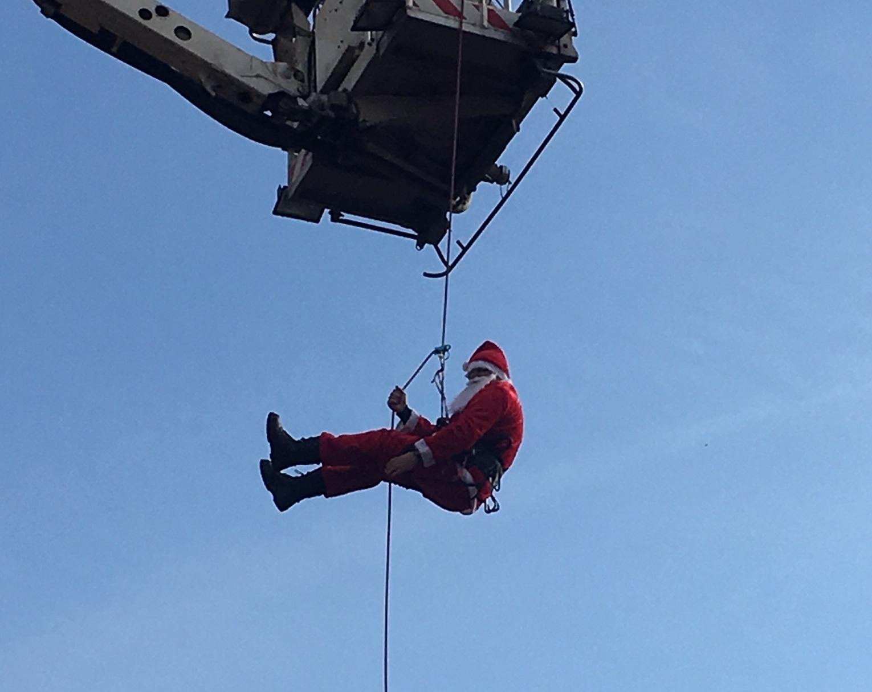 Ο Άγιος Βασίλης σε επικίνδυνη αποστολή στο Αγρίνιο (φωτό)