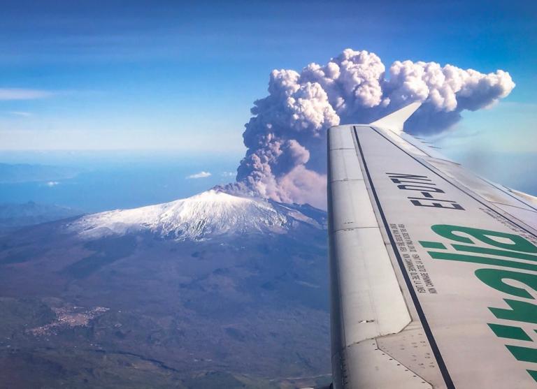 """Αίτνα: Εξεράγη το """"θρυλικό"""" ηφαίστειο – Έκλεισε το αεροδρόμιο της Κατάνια (βίντεο)"""