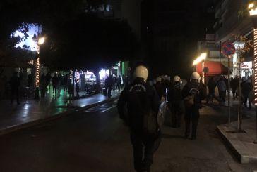 Ένταση, φθορές και αστυνομική έφοδος στην πλατεία Δημάδη
