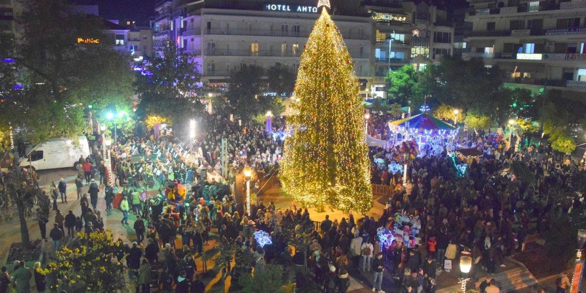 Φωταγωγήθηκε το χριστουγεννιάτικο δέντρο του Αγρινίου