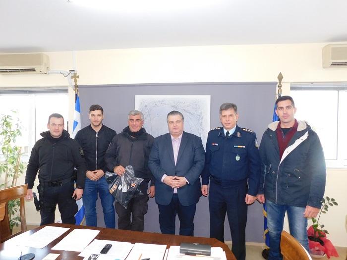 Ο δήμαρχος Μεσολογγίου δώρησε υπηρεσιακές φόρμες σε αστυνομικούς της ΔΙΑΣ