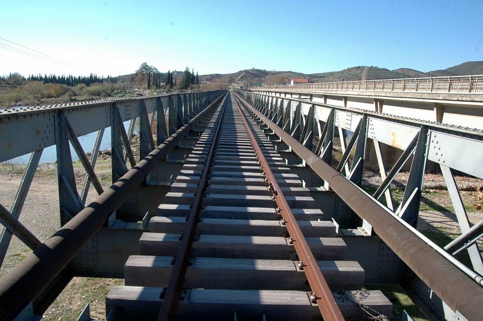 Η παλιά σιδηροδρομική γέφυρα του Ευήνου