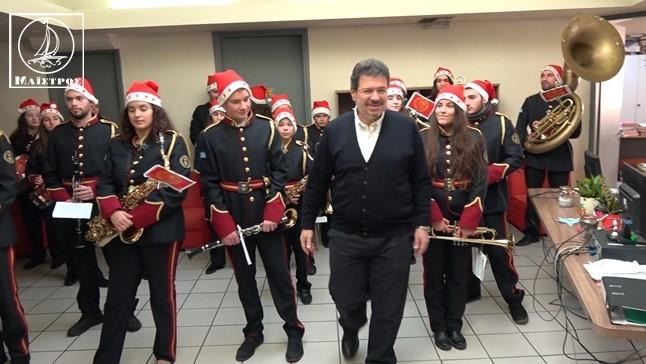 Χριστουγεννιάτικα κάλαντα από την Φιλαρμονική στον Δήμαρχο και στην πόλη της Αμφιλοχίας (βίντεο)