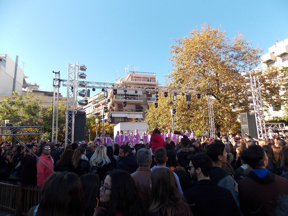 Γιορτινή ατμόσφαιρα με πολύ κόσμο στο κέντρο του Αγρινίου (φωτο)