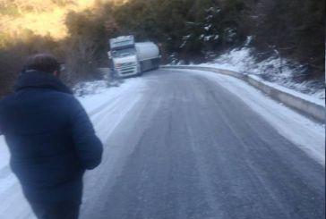 «Δίπλωσε» νταλίκα στη Σκουρτού λόγω παγετού