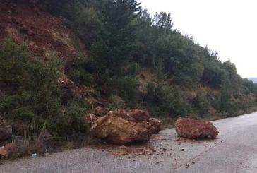 Βράχοι «ξεκόλλησαν» από το βουνό και έπεσαν στο δρόμο της Χρυσοβίτσας Ξηρομέρου