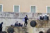 Αμείωτη η ένταση στο συλλαλητήριο: Πέτρες και χημικά στο Σύνταγμα, τραυματίες αστυνομικοί