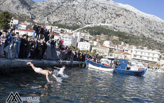 Δύο τολμηροί βούτηξαν για τον Σταυρό στα κρύα νερά του Αστακού (φωτο)