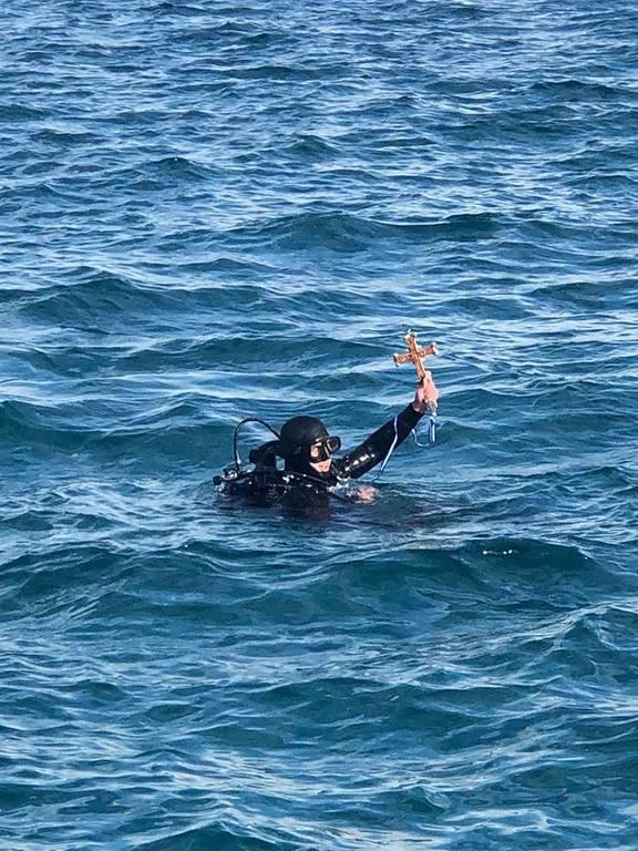 Κέρκυρα: Χάθηκε ο Σταυρός στην τελετή Αγιασμού των υδάτων και τον βρήκε… δύτης