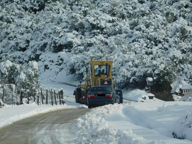Χιονιάς στον Αράκυνθο:  ανοικτοί οι δρόμοι, αναγκαίες οι αλυσίδες (φωτό)