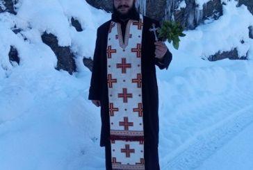 Ιερέας στο Ραπτόπουλο Ευρυτανίας αψήφισε χιόνια και κρύο αγιάζοντας τα σπίτια