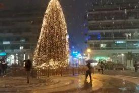 Βίντεο: η στιγμή της χιονόπτωσης και της διακοπής ρεύματος στην πλατεία του Αγρινίου