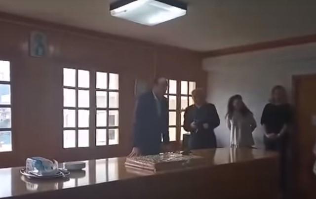 Απίστευτο: Η στιγμή που λάμπα πέφτει στο κεφάλι του Δημάρχου Ιωαννίνων (video)