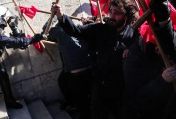 Ενταση στα σκαλιά του Αγνωστου Στρατιώτη στο συλλαλητήριο των εκπαιδευτικών (video)