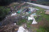 Γεμάτος σκουπίδια ο δρόμος έξω από τον Μαχαιρά Ξηρομέρου (φωτο)