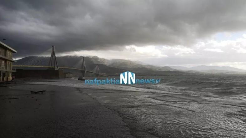 Η θάλασσα βγήκε στη στεριά στο Αντίρριο – Γέμισε ξύλα και φερτά υλικά η προβλήτα (φωτο & βίντεο)