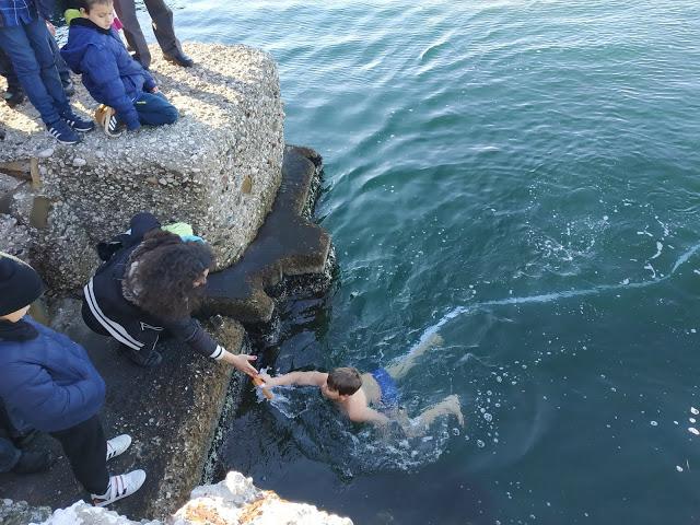 Θεοφάνεια στο Μενίδι: 10χρονος βούτηξε στα παγωμένα νερά του Αμβρακικού (φωτό-βίντεο)