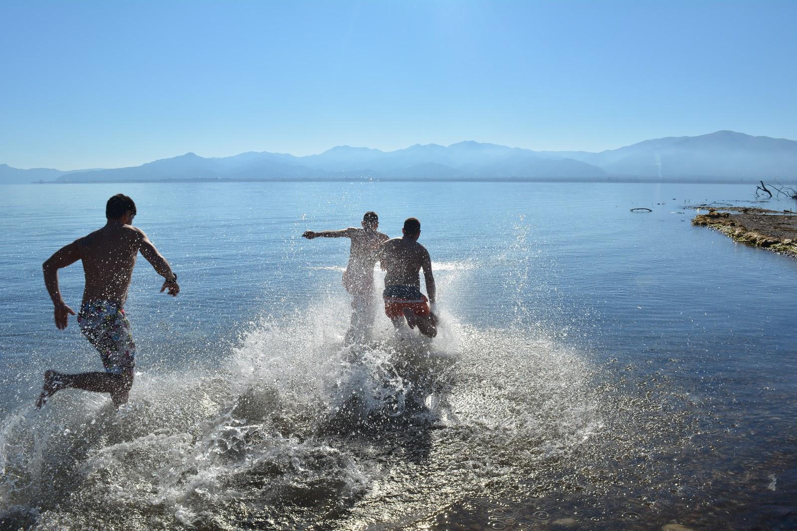 Θεοφάνεια στο Καινούργιο: Τρεις νέοι έπεσαν στη λίμνη για το Σταυρό (φωτό)