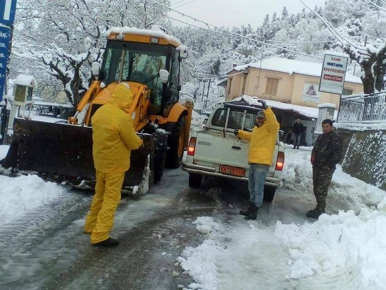 Σε εξέλιξη ο καθαρισμός του ορεινού οδικού δικτύου Θέρμου με μηχανήματα και αλατιέρα (φωτό)