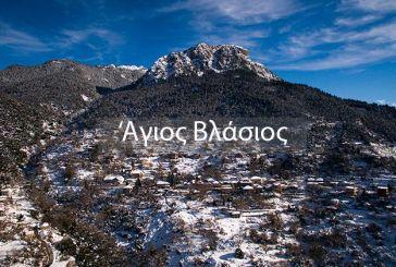 Ο χιονισμένος Άγιος Βλάσης μαγνητίζει τα βλέμματα (βίντεο)