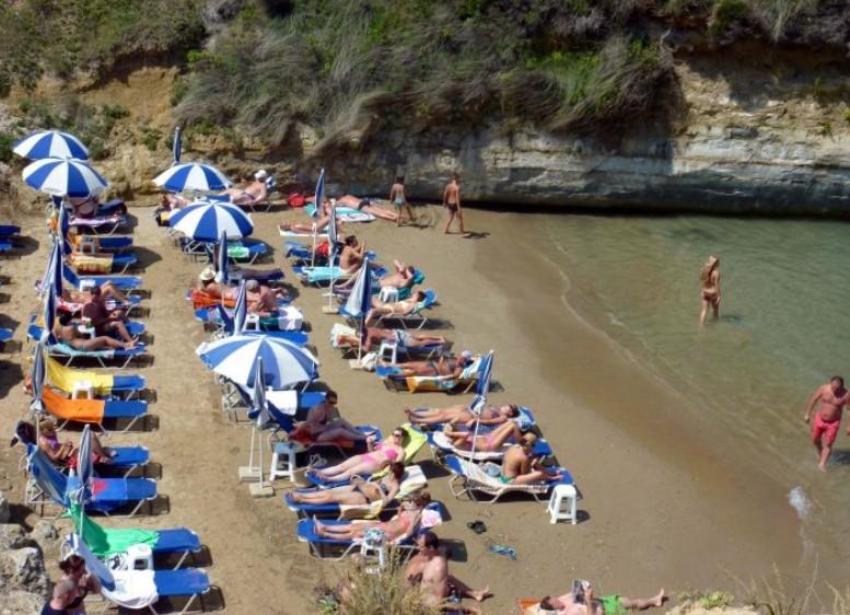 Voucher και σταδιακή επανεκκίνηση ταξιδίων περιλαμβάνει το σχέδιο της Koμισιόν για τον τουρισμό