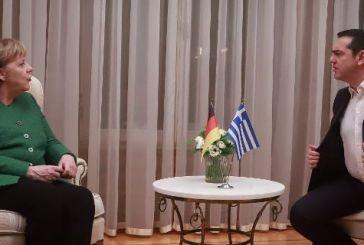 H viral φωτογραφία από τη συνάντηση Τσίπρα-Μέρκελ: «Πες μου ποιος σου είπε go back να πάω να τον σκίσω!