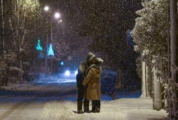 Ρομαντικός «Τηλέμαχος»: Ζευγάρι φιλιέται μέσα στα χιόνια και γίνεται viral