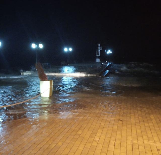 Η θάλασσα βγήκε στη στεριά χθες βράδυ στη Bόνιτσα
