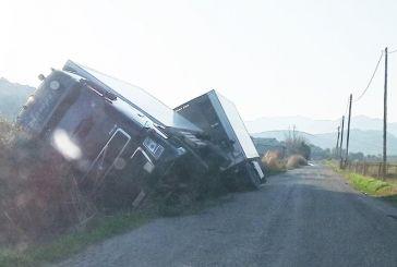 Εκτροπή φορτηγού στην παράκαμψη της Παλαίρου προς Λευκάδα – Άκτιο (φωτο)