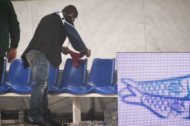 ΠΑΟ – Ολυμπιακός: Άφησε κόκκινο… στρινγκ στον πάγκο του Ολυμπιακού ο Γιαννακόπουλος (φωτο)