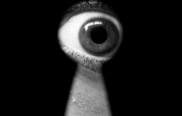 Εγινε και αυτό: Σπιτονοικοκυρά στην Αρτα έπαιρνε… μάτι φοιτητές – Κρυβόταν πίσω από κουρτίνες