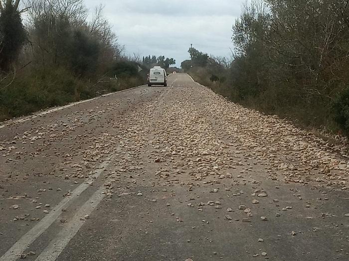 Κοφτερές πέτρες κάλυψαν μέρος του δρόμου Βόνιτσας – Παλαίρου