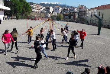 Κέφι και χορός στο παραδοσιακό «γαϊτανάκι» του 1ου Δημοτικού Σχολείου Αγίου Κωνσταντίνου (φωτο)