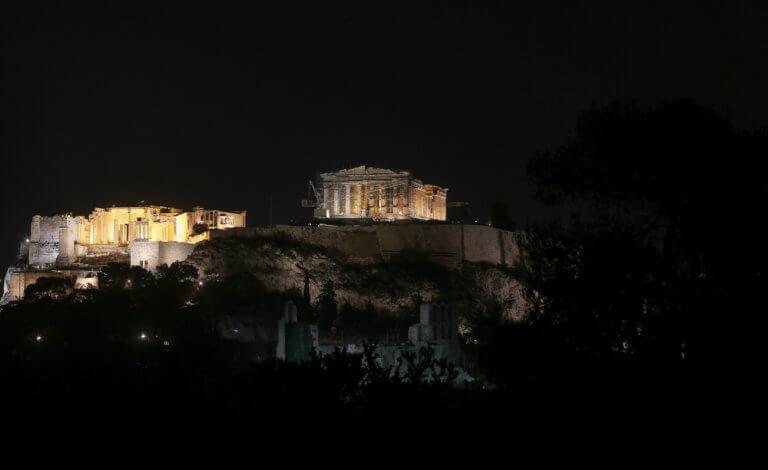 """Η στιγμή που η Ακρόπολη «βυθίζεται» στο σκοτάδι για την """"ώρα της Γης"""" (video)"""
