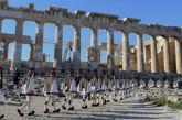Εντυπωσιακές εικόνες από την έπαρση της σημαίας από την Προεδρική Φρουρά στην Ακρόπολη